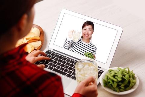 オンライン飲み会では何を飲む?(写真提供/Shutterstock)