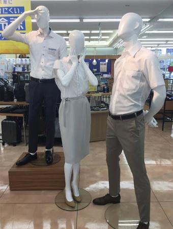 「透けハラ」をテーマにした特殊マネキン。左奥から、「透けてない人」「嫌がる女子」「透けてる人」