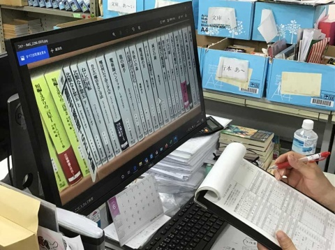 東京創元社が2020年6月11日にスタートした「画像で棚メンテナンスサービス」。書店から送られてきた棚の写真や在庫データをもとに、同社の営業部員が欠品などのチェックをする