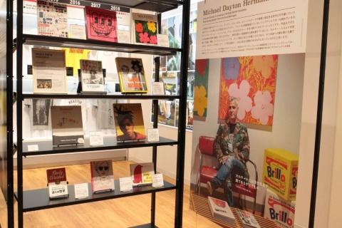 アンディ・ウォーホルやキース・ヘリングなど、アーティストとの過去のコラボTシャツや関連書籍を紹介。書籍のみの購入もできる
