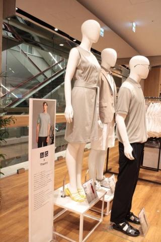 オープン記念としてファーストリテイリング傘下にあるニューヨーク発祥のファッションブランド「Theory(セオリー)」とのコラボ商品を販売