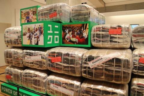 サステナビリティー活動を紹介するために設けたスペースもあり、ユニクロの店舗としては世界最大の広さだという。発送前の古着のパッケージがオブジェのように店内に積まれていた