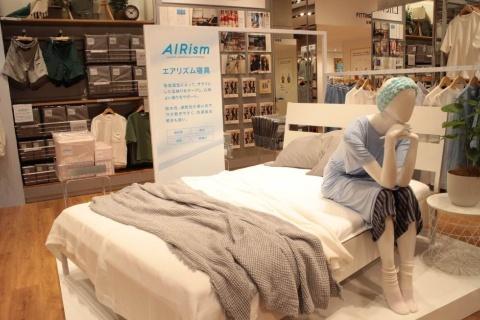 ゆったりした店内を生かして、「エアリズム寝具」によるベッドメークを紹介するコーナーも設置。他のユニクロ店舗ではなかなか見られないコーナーだ