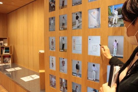 原宿店に設置され話題になったアプリ「StyleHint」と同じように、服を探せるパネルを設置