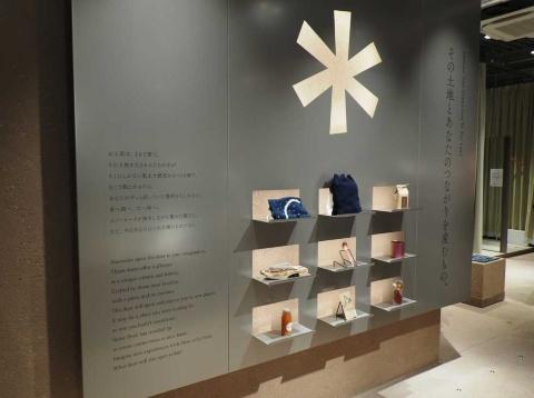 入り口左手の金属パネルには、店のコンセプトと注目商品を展示。文字はカラーシールで書かれているので、書き換えが可能という
