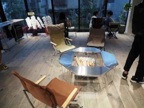 取材当日、店舗右奥、窓際の一角にはテーブルやチェアが置かれていた。今後はここにテントを張るなど、製品の体験機会を提供することも考えているという