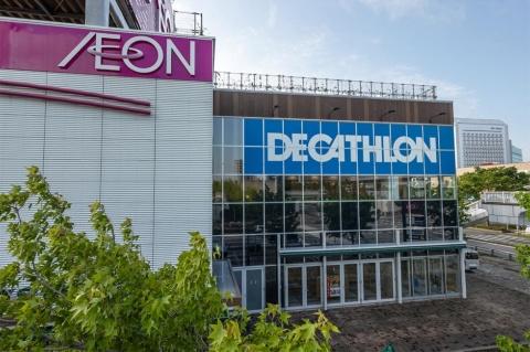 デカトロンの日本2号店はイオン幕張店の1階。JR東日本京葉線の海浜幕張駅から国際大通り沿いに徒歩5~6分