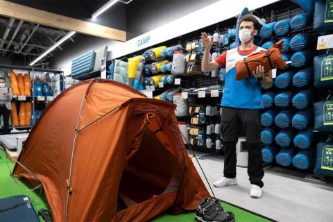 フォルクラの2人用テント。折り畳むとスタッフが手に持っているサイズになる