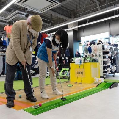 ゴルフエリアではベトナム人のアンさんがパッティングをレクチャーしてくれた