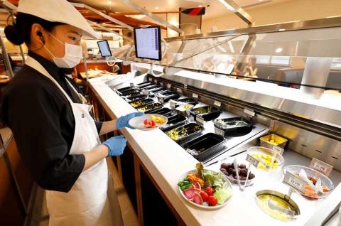 好きな野菜やフルーツを選択すると、その情報がサラダバー側に送られ、スタッフが皿に盛る