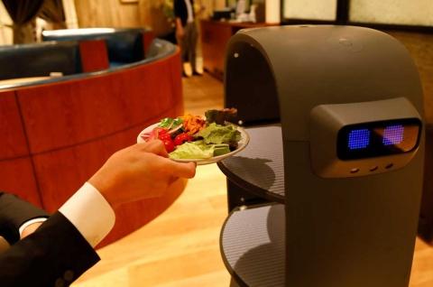 サラダバーの「密」を回避 配膳ロボットが動き回る未来形飲食店(画像)