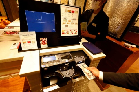 会計もコンタクトレス化。スーパーマーケットで見られるような、客が紙幣や硬貨を投入するセミオートキャッシャ―を導入している