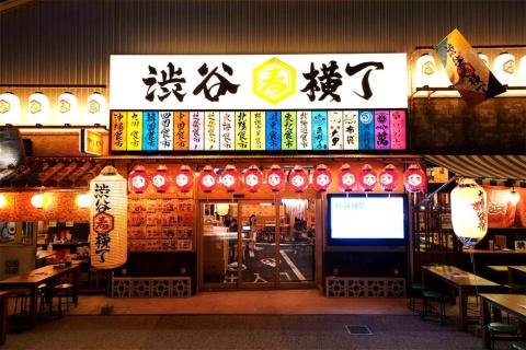 渋谷横丁の総席数は店内1200席とテラス350席を合わせて1550席だが、コロナ禍が落ち着くまでは席数を減らして営業するとのこと。当初予定していた24時間営業も、当面は11~23時としている