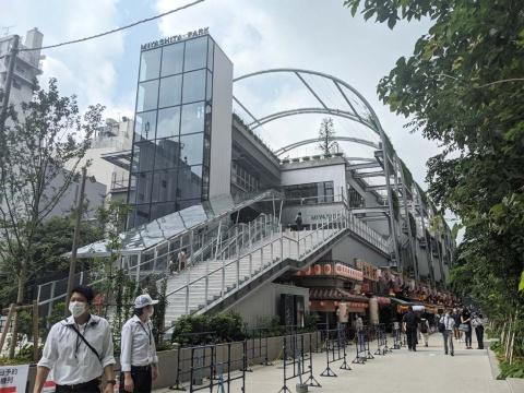 レイヤード ミヤシタパークの1階に広がる渋谷横丁。「毎日が食フェス!」をテーマに、地元で愛され続けている名物料理、ソウルフード、B級グルメを手ごろな価格で提供する