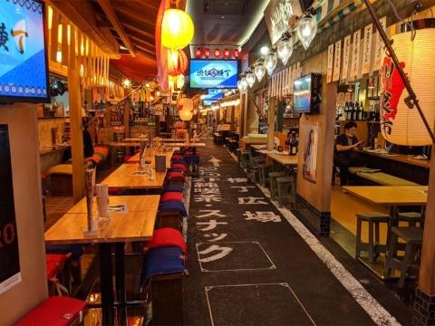 沖縄食市から見た店内。床はアスファルト風になっており、白線で描かれた案内表示がいい味を出している