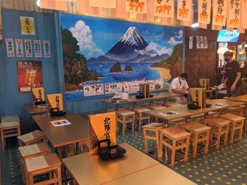 「金沢カレー」「イタリアン焼きそば」などを提供する北陸食市は元銭湯の設定