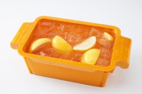 元パチンコ店という設定の東海食市では、乾杯ドリンクの99.99(フォーナイン)マイヤーレモンサワーがドル箱で提供される