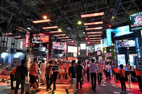 東京ゲームショウ2019の会場のにぎわい。オンライン開催の今回、その「手探り感」を思う存分味わってみよう。TGS2020 ONLINEがゲーム産業や巨大イベントの将来に向けた分岐点となる可能性もある
