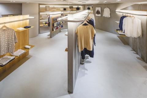 空間を斜めに仕切ることで動きが生まれ、コンパクトな空間に奥行きや広がりを感じる。デザインスタジオの14sdの林洋介氏が店舗デザインを担当した