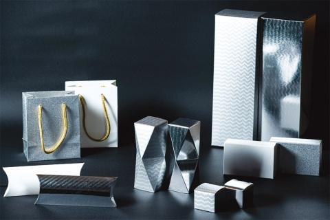 特種東海製紙の特殊用紙「TT-SPARKLE(ティーティースパークル)」の加工見本。光を利用して動きのあるパターンを生み出す技術により、高級感のある高付加価値パッケージ向け素材として2020年8月20日に発売した