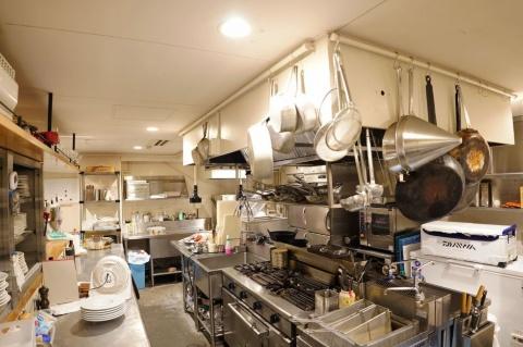 前の店舗と比べ、約3倍の広さになったという厨房。脂まで凍るマイナス60度の冷凍庫は容量500リットル。30キログラムのキハダマグロなら40匹程度が保存できる。店で出す料理の素材として、約半年分がストックされている(出所/リストランテ ペスカトーレ by シェフシェアリング釣り人)