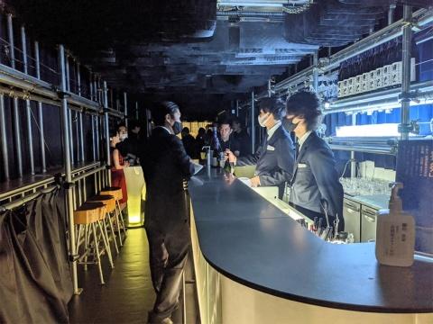 店内には椅子もいくつかあるが、基本的には立ち飲みだ。夜8時以降は税込み500円の席料が発生する