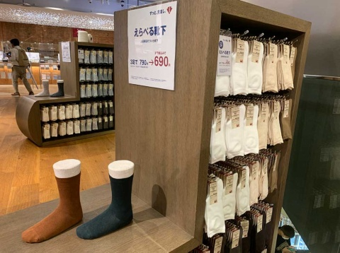 靴下は20年10月2日の価格改定に先立って同年9月に値下げ。3足790円だったものが、690円になった