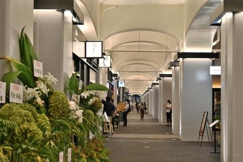 """有楽町~新橋の駅間の高架下に新たな""""通路""""が生まれ、「日比谷OKUROJI」が開業。物販・食物販14店舗と飲食16店舗がオープンした。通行は午前10時~午後11時。20年12月より24時間開放する予定"""