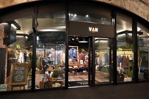 メンズファッションの「VAN SHOP」(ヴァンショップ)。50年代にアメリカントラッドを日本に浸透させ、60年代にアイビールックやみゆき族の流行をつくった「VAN」の新たな旗艦店