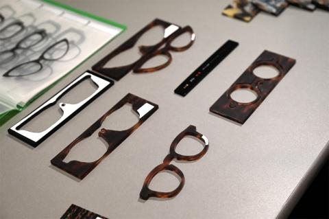 """福井・鯖江めがねの中でもグレードの高い、産地統一ブランド「THE291」を中心にそろえた「さばえめがね館 東京店」。鯖江職人の卓越した技術を紹介する""""ものづくり""""情報も発信。写真は名前も入れられるオーダーメガネ"""