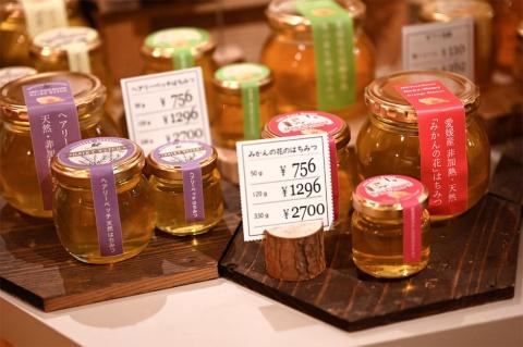 愛媛でかんきつ栽培と養蜂園を営み、全国の珍しいハチミツもそろえて、それぞれのこだわりを紹介するハチミツ専門店「BEE FRIENDSHIP」(ビーフレンドシップ)。絞ってそのままの生ハチミツは花ごとに個性が際立つ。ハチミツを使ったジェラート、ドリンクも販売
