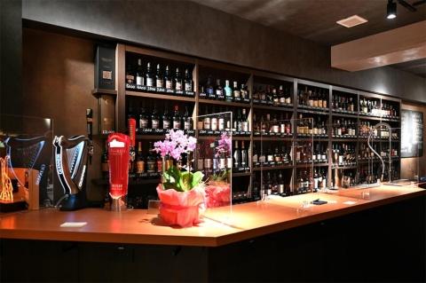 「WHISKY HOUSE MADURO」(ウイスキーハウスマデューロ)にはスコットランドのシングルモルトが約200種。スタンディングなのでお酒好きが気軽に飲める