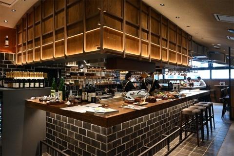 「酒肴日和 アテニヨル」は北海道から直送する食材を、炉端台の炭焼きで焼き上げる。人気は中札内鶏(なかさつないどり)、夢の大地ポーク、羅臼産トロホッケ。日本酒、ワインは有資格の専門スタッフが提供