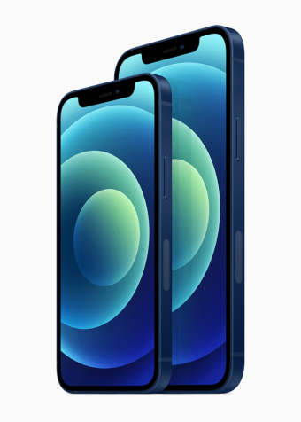 iPhone 12シリーズには6.1インチの「iPhone 12」(写真右)と、新たに5.4インチディスプレーを採用した「iPhone 12 mini」(写真左)を用意。後者は価格も安く日本では人気が出そうなモデルだ