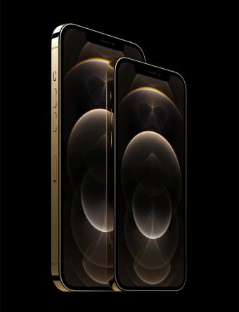 「iPhone 12 Pro」シリーズは6.1インチの「iPhone 12 Pro」(写真右)と、6.7インチの「iPhone 12 Pro Max」(写真左)の2機種を用意