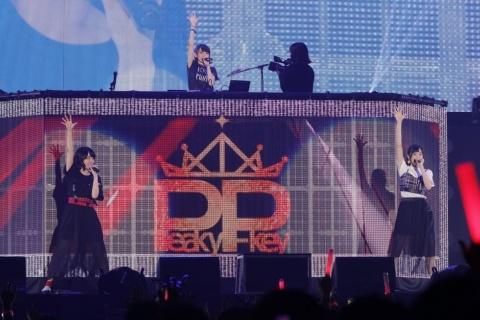 「D4DJ」に登場するDJグループの1つ「Peaky P-key」のライブの模様