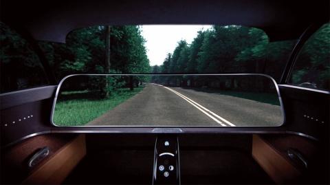 カメラが撮影した前方の映像をダッシュボードに投映する。フロントガラス越しに見る現実の風景と投映された映像がつながり、目の前のボディーが透明化したように見え、視界が広がる(写真提供/京セラ)