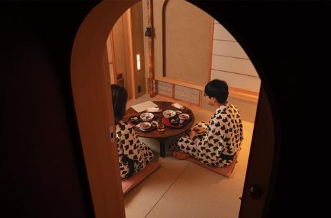客室で夕食をとる宿泊客。アールの入り口は、くぐるようにして入る茶室の「にじり口」がモチーフ
