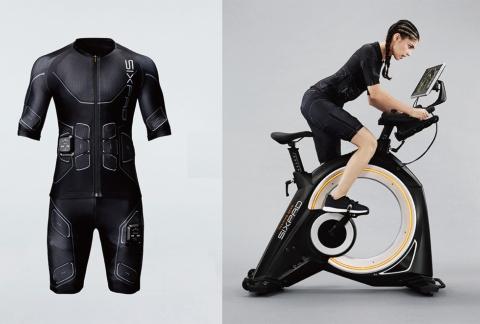 SIXPAD PowersuitとSIXPAD The Bike EX。トレーニングスーツのサイズはSからLLまで4サイズあり、上下で異なるサイズを選ぶことも可能だ