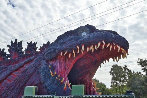 ゴジラアトラクションの目玉は全長約120メートルの実物大ゴジラ。参加者は国立ゴジラ淡路島研究センターの一員となり、ジップラインやシューティングゲーム、ミュージアムなどを楽しめる。TM &©TOHO CO., LTD.