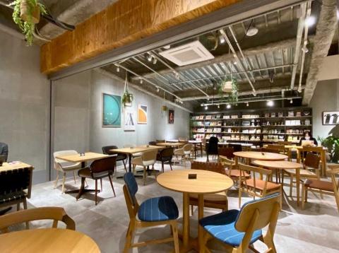 カフェ「ル・ガラージュ」では島忠がセレクトしたお薦めの家具を体感しながら食事や読書を楽しめる
