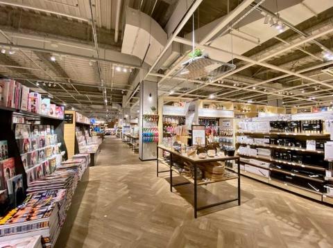 キッチングッズ売り場の横に、料理本やファッション誌など女性向けの雑誌と書籍が並ぶ
