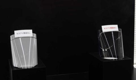 一般的なフィルム(左)とモスアイ技術を使ったシャープのフィルム(右)に水蒸気を当てているところ。シャープのフィルムは水滴が素早く拡散するため曇りにくい