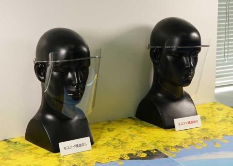 一般的なフィルム(左)とシャープのフィルム(右)に光を当てているところ。モスアイ技術を使ったシャープのフィルムは光の反射が目立たない