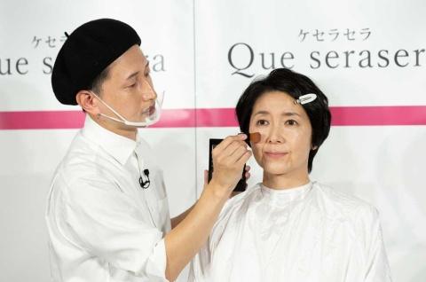 """メークアップアーティストの船津有史氏(左)は、年間1000人以上のシニア・シルバー世代の女性を""""美再生""""させているリバイバルメークの第一人者だ"""