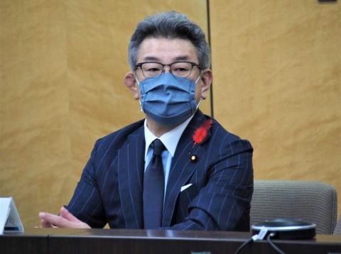 就任直後から料金引き下げに積極的な動きを見せる武田総務大臣。2020年10月8日には携帯電話利用者の代表らとの意見交換会を実施した