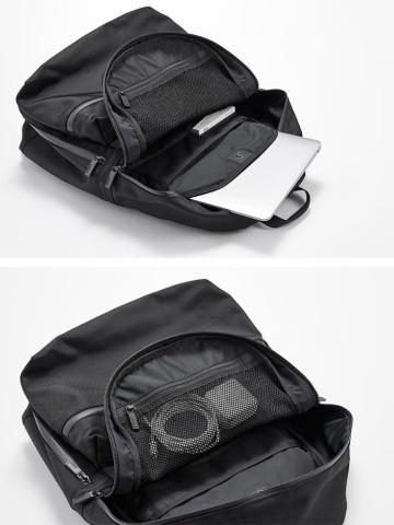 バックパックの内部。さまざまな所にポケットがある
