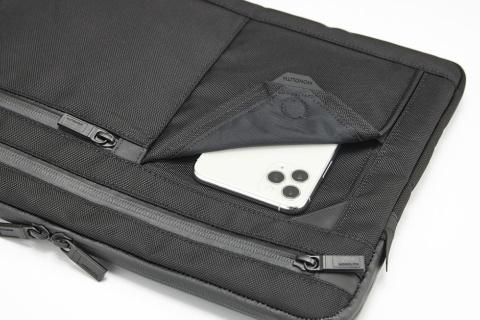 全商品に充電コードを通せるホール付きのマグネットポケットがあり、スマートフォンなどのモバイル機器への親和性も重視