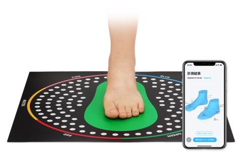 ZOZOMATの上に足を乗せ、スマートフォンで7つの角度から写真を撮ると、計測結果から相性度の高い靴を提案してくれる