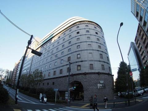新宿三丁目駅と東新宿駅のちょうど中間あたり、明治通り沿いにある日清食品ホールディングス東京本社。写真中央がエントランスで、地下にある「日清食品 POWER STATION[REBOOT]」へはその内側手前にあるエレベーターで下って入場する